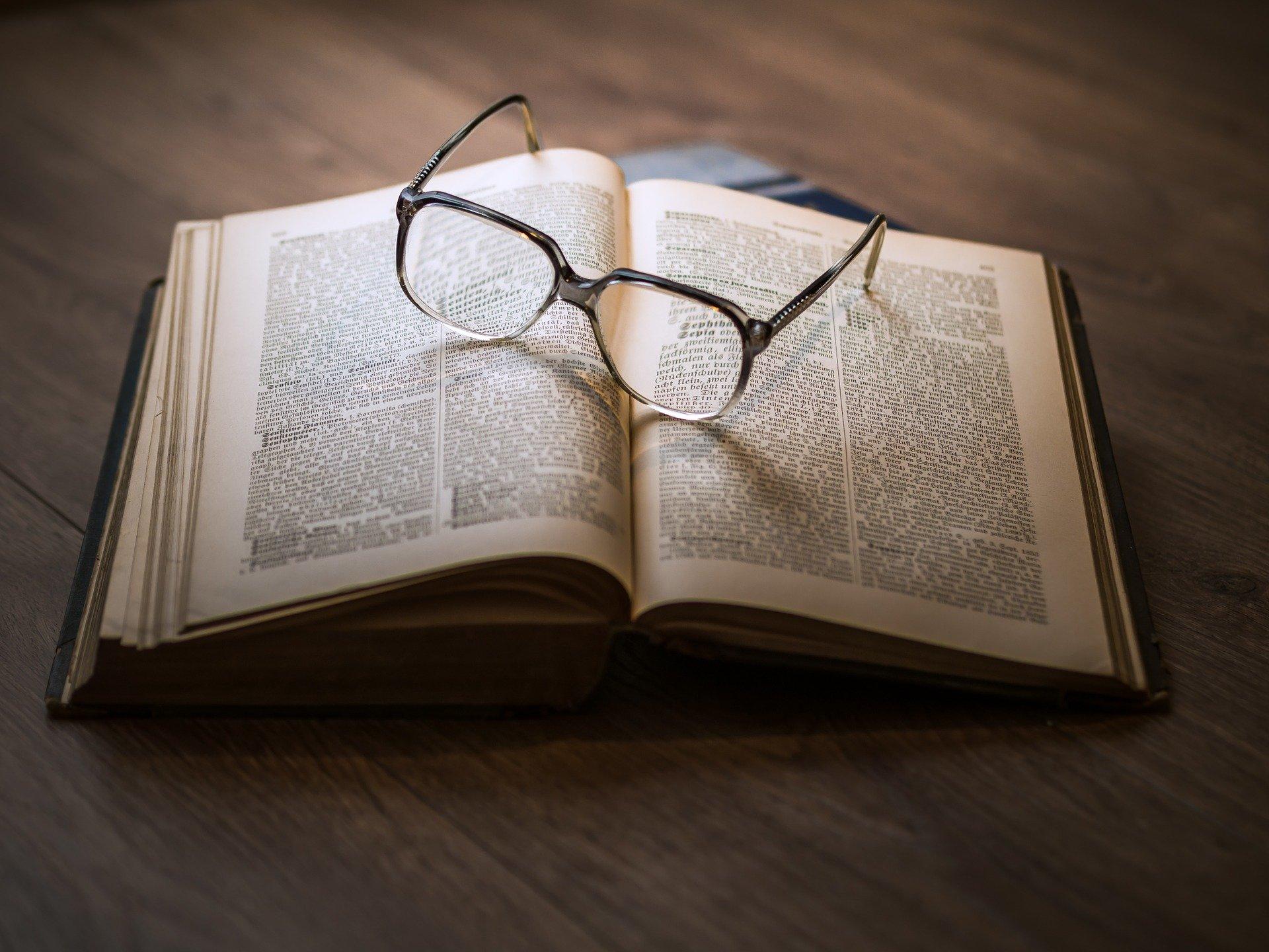 glasses-1052010_1920.jpg